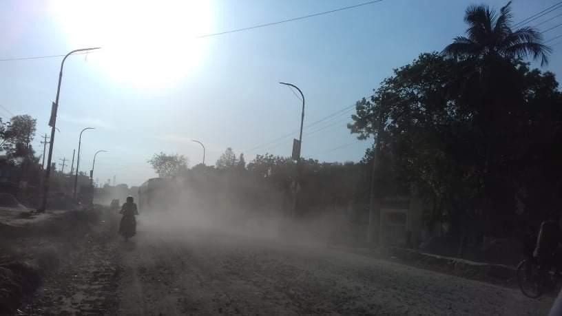 যশোর-বেনাপোল মহাসড়কে উন্নয়ন প্রকল্পের সংস্কার কাজ শেষ না হওয়ায় ভোগান্তি