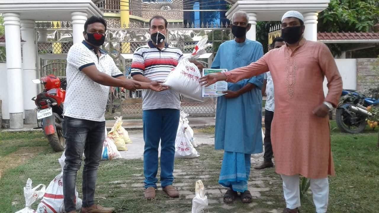 শার্শায় জেলা পরিষদের অর্থায়নে হত দরিদ্র মানুষের মাঝে খাদ্য সামগ্রী বিতরণ