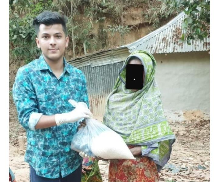 টিফিনের টাকায় ১২০ পরিবারকে খাদ্য সামগ্রী প্রদান