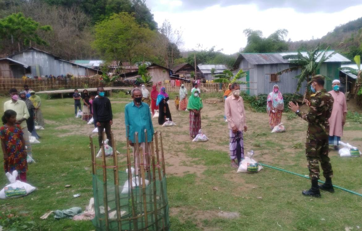কর্মহীন অসহায়দের ঘরে-ঘরে ইফতার ও খাদ্য দ্রব্য পৌছে দিল রুমা সেনা জোন
