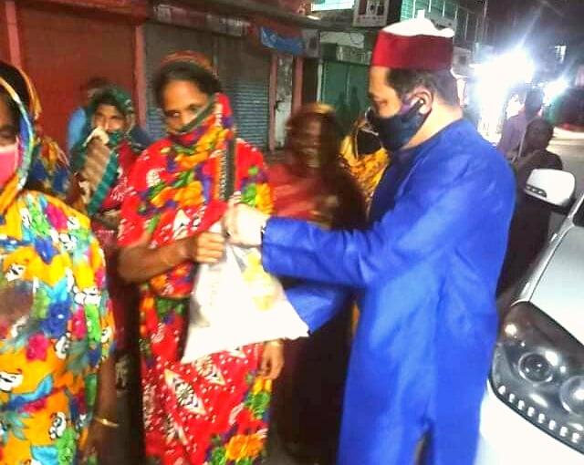 চট্টগ্রামের বিভিন্ন এলাকায় ৩০০ পরিবারকে খাদ্য সহায়তা দিলেন মুন্না শাহ