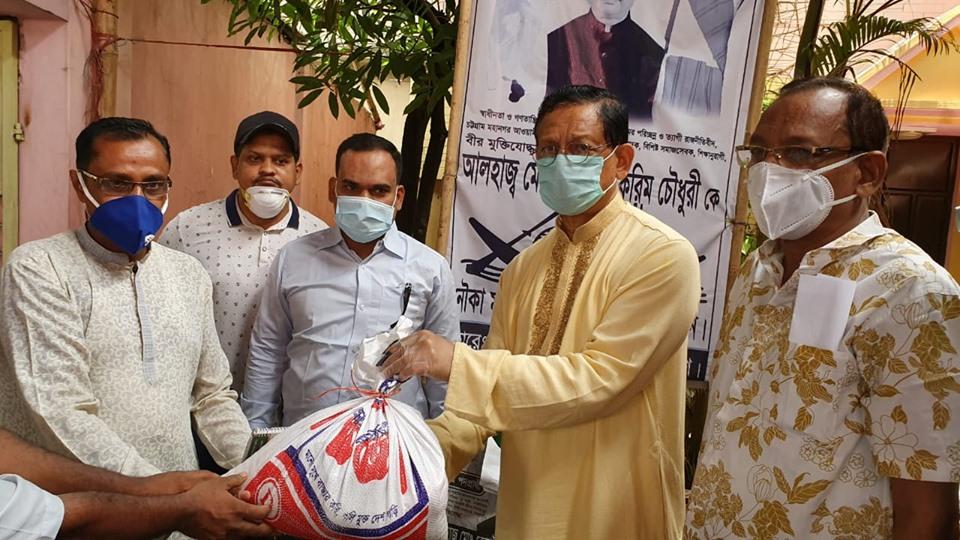 ভোলা জেলা সমিতি'কে রেজাউল করিম চৌধুরীর খাদ্য সামগ্রী প্রদান