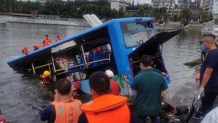 চীনে শিক্ষার্থীদের বাস হ্রদে উল্টে ২১ জনের মৃত্যু