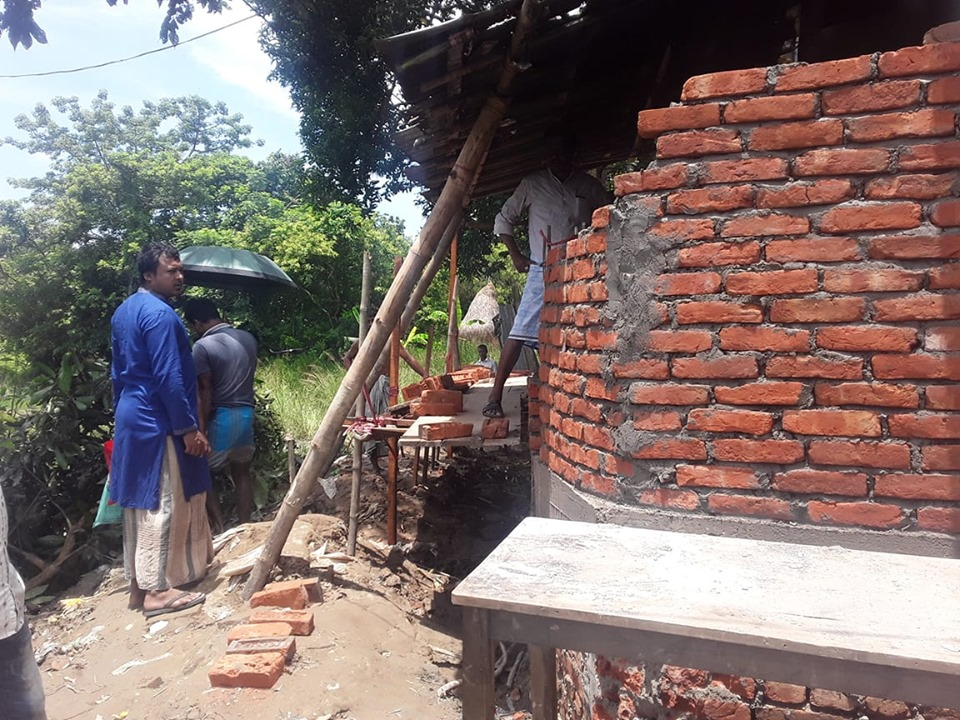 হাটহাজারী চারিয়াতে সড়কের জায়গা দখল করে দেওয়াল নির্মাণের অভিযোগ