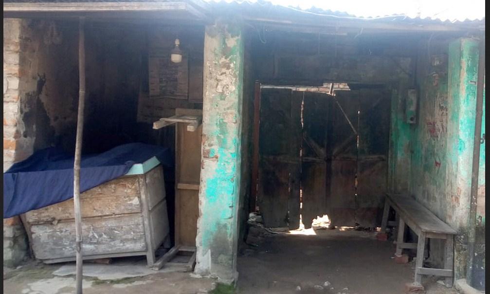 নওগাঁয় এক প্রভাবশালীর অত্যাচারে দোকান ঘর মেরামত করতে পারছেন না একটি অসহায় পরিবার