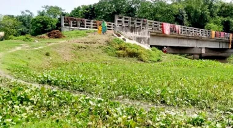 নওগাঁয় অযত্নে কোটি টাকা ব্যায়ে নির্মিত ব্রিজটি