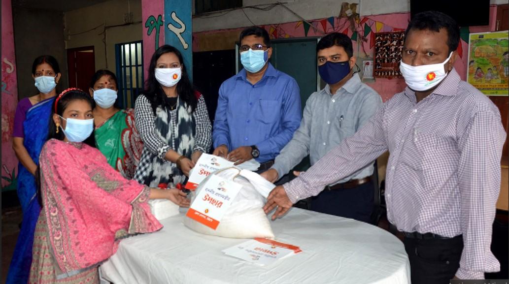 অপরাজেয় বাংলাদেশ'র সুবিধাবঞ্চিত শিশুরা পেল জেলা প্রশাসনের ত্রাণ