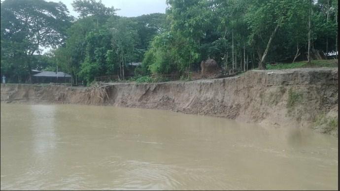 নদী ভাংগনে একটি পাড়া বিলুপ্তির পথে