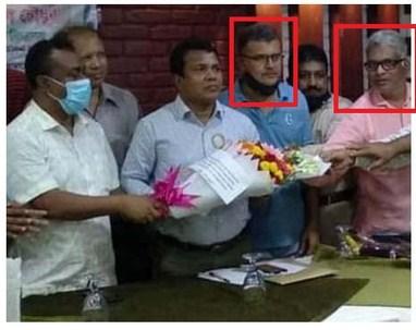 সাতকানিয়া শেরে বাংলা স্কুলের এডহক কমিটির সভাপতিকে ফুল দিয়ে শুভেচ্ছা জানাচ্ছেন আ'লীগের দুই নেতা