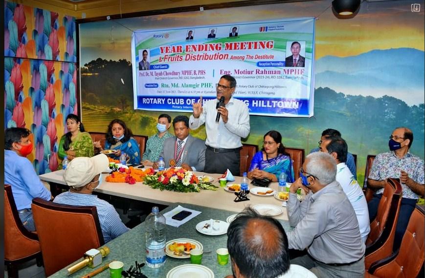 দু:স্থদের মাঝে রোটারি ক্লাব অব চিটাগাং হিল টাউনের ফল বিতরণ