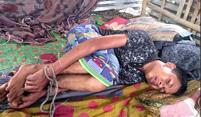 নওগাঁয় মোবাইল চুরির অপবাদে হাত-পা বেঁধে শিশু নির্যাতন, নৈশ প্রহরী আটক