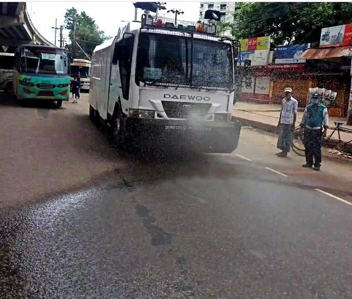 চট্টগ্রাম নগরীতে জীবাণু নাশক ছিটিয়েছে সিএমপি