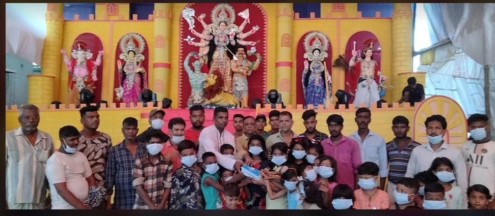 পতেঙ্গায় উত্তর পাড়া সার্বজনীন শারদীয়া দুর্গোৎসব পূজা উদযাপন পরিষদের মাস্ক বিতরণ
